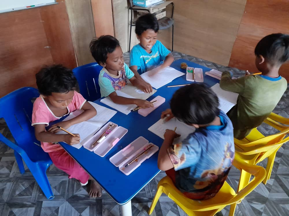 Providing Utensils to Orang Asli children
